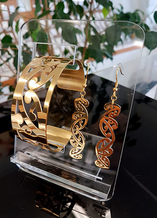 Gold Kowhaiwhai Cuff (Lge) & cut out earrings 55mm